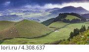 Грозовые тучи над холмами. Азорские острова, Сан-Мигель (2012 год). Стоковое фото, фотограф Роман Сулла / Фотобанк Лори