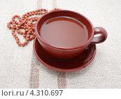 Купить «Какао в коричневой чашке на фоне мешковины», фото № 4310697, снято 20 февраля 2013 г. (c) Наталья Осипова / Фотобанк Лори