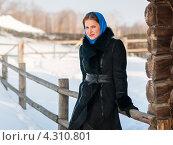 Купить «Красивая девушка возле деревенского забора зимой», эксклюзивное фото № 4310801, снято 20 февраля 2013 г. (c) Игорь Низов / Фотобанк Лори