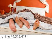 Купить «Стопы, спящей влюбленной пары», фото № 4313417, снято 25 октября 2012 г. (c) CandyBox Images / Фотобанк Лори
