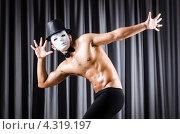 Купить «Мужчина в шляпе и маске на фоне занавеса, мим», фото № 4319197, снято 12 ноября 2012 г. (c) Elnur / Фотобанк Лори