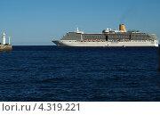 Лайнер заходит в порт Ялты (2012 год). Редакционное фото, фотограф Елена Есаян / Фотобанк Лори