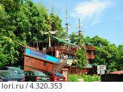 """Бар """"Арабелла"""" в форме пиратского корабля в Албене (Болгария) (2011 год). Редакционное фото, фотограф Людмила Герасимова / Фотобанк Лори"""