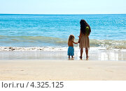 Купить «Мама с ребенком у моря», фото № 4325125, снято 13 февраля 2013 г. (c) Ludenya Vera / Фотобанк Лори