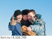 Купить «Счастливая семья. Мама папа и сын на фоне голубого неба показывают что всё будет хорошо», эксклюзивное фото № 4328749, снято 23 февраля 2013 г. (c) Игорь Низов / Фотобанк Лори