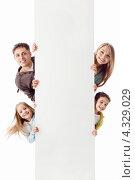 Купить «Семья выглядывает из-за незаполненного баннера», фото № 4329029, снято 13 января 2013 г. (c) Raev Denis / Фотобанк Лори