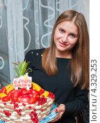 Купить «Счастливая девушка с большим тортом в руках», эксклюзивное фото № 4329253, снято 15 февраля 2013 г. (c) Игорь Низов / Фотобанк Лори