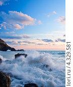 Морской пейзаж, белая пена прибоя на больших камнях. Стоковое фото, фотограф Евгений Валерьевич / Фотобанк Лори