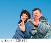 Купить «Счастливая пара. Мужчина и женщина на фоне голубого неба показывают что всё будет окей», эксклюзивное фото № 4329981, снято 23 февраля 2013 г. (c) Игорь Низов / Фотобанк Лори