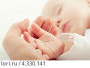 Купить «Ручка спящего младенца в маминой ладони», фото № 4330141, снято 4 февраля 2013 г. (c) Евгений Атаманенко / Фотобанк Лори