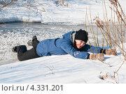 Купить «Испуганная женщина взявшись за кусты выбирается с тонкого льда реки», эксклюзивное фото № 4331201, снято 23 февраля 2013 г. (c) Игорь Низов / Фотобанк Лори