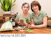Купить «Довольные женщины выбирют семена для рассады», фото № 4331501, снято 21 февраля 2013 г. (c) Марина Славина / Фотобанк Лори