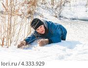 Купить «Испуганная женщина взявшись за кусты выбирается с тонкого льда реки», эксклюзивное фото № 4333929, снято 23 февраля 2013 г. (c) Игорь Низов / Фотобанк Лори