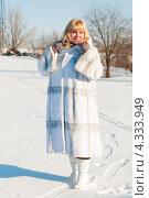 Купить «Женщина блондинка средних лет в белой шубе на прогулке зимой в ясную погоду», эксклюзивное фото № 4333949, снято 23 февраля 2013 г. (c) Игорь Низов / Фотобанк Лори