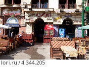 Купить «Кофейни и уличные рестораны на площади Аль Хуссейн, рядом с базаром Хан-эль-Хилили , Каир, Египет», эксклюзивное фото № 4344205, снято 21 января 2012 г. (c) Николай Винокуров / Фотобанк Лори