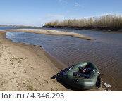 Резиновая лодка на берегу реки. Стоковое фото, фотограф Ирина Петрова / Фотобанк Лори