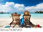 Купить «Мужчина и женщина отдыхают в шезлонгах у моря», фото № 4347813, снято 11 декабря 2012 г. (c) Николай Охитин / Фотобанк Лори