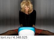 Купить «Привлекательная блондинка сидит поздно ночью за ноутбуком», фото № 4348025, снято 2 апреля 2006 г. (c) Syda Productions / Фотобанк Лори