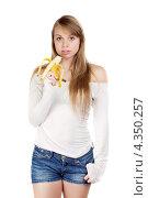 Купить «Длинноволосая девушка с бананом», фото № 4350257, снято 28 февраля 2012 г. (c) Сергей Сухоруков / Фотобанк Лори