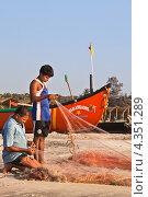 Купить «Починка рыболовных сетей на берегу. Гоа. Индия», фото № 4351289, снято 26 января 2012 г. (c) Victoria Demidova / Фотобанк Лори