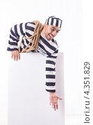 Купить «Заключенный в полосатой форме с веревкой и баннером», фото № 4351829, снято 23 ноября 2012 г. (c) Elnur / Фотобанк Лори