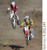 Мотокросс два мотоциклиста в полёте (2012 год). Редакционное фото, фотограф Ворошилова Анна / Фотобанк Лори