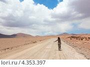 Девушка идет по пустынной дороге и ловит машину. Стоковое фото, фотограф Dmitry Burlakov / Фотобанк Лори