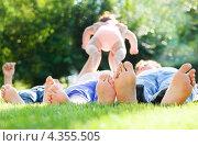 Босые ноги людей на траве, счастливая семья. Стоковое фото, фотограф Дарья Петренко / Фотобанк Лори