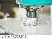 Купить «Промышленная обработка металла на фрезерном станке», фото № 4357913, снято 3 апреля 2012 г. (c) Дмитрий Калиновский / Фотобанк Лори