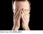 Мужчина в стрессовом состоянии закрыл лицо руками, черный фон. Стоковое фото, фотограф EugeneSergeev / Фотобанк Лори