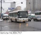 Купить «Автобус № 338 (м. Щелковская - ст. Железнодорожная) едет по Щелковскому шоссе. Москва», эксклюзивное фото № 4359717, снято 1 марта 2013 г. (c) lana1501 / Фотобанк Лори