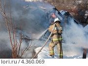 Купить «Тушение пожара», эксклюзивное фото № 4360069, снято 3 марта 2013 г. (c) Литвяк Игорь / Фотобанк Лори