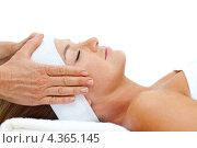 Купить «Лежащая улыбающаяся женщина с закрытыми глазами принимает массаж головы», фото № 4365145, снято 23 октября 2009 г. (c) Wavebreak Media / Фотобанк Лори