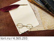 Купить «Белый лист, винтажные очки и гусиное перо», фото № 4365293, снято 17 июня 2011 г. (c) Andrejs Pidjass / Фотобанк Лори