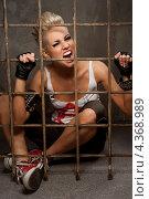 Девушка-панк сидит на полу за решеткой и кричит. Стоковое фото, фотограф Andrejs Pidjass / Фотобанк Лори