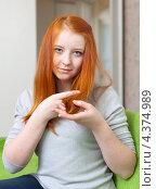 Купить «Девушка показывает кончики своих волос», фото № 4374989, снято 5 января 2013 г. (c) Яков Филимонов / Фотобанк Лори