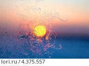 Купить «Морозные узоры на окне на фоне заходящего солнца», фото № 4375557, снято 5 марта 2013 г. (c) Владимир Мельников / Фотобанк Лори