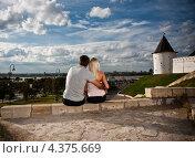 Молодая влюбленная пара любуется видом города. Стоковое фото, фотограф Andrey Politov / Фотобанк Лори