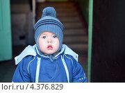 Маленький мальчик пошел гулять в шапке с помпоном осенью. Стоковое фото, фотограф Вера Зонова / Фотобанк Лори