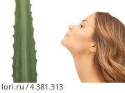 Купить «Красивая молодая женщина с зеленым комнатным растением», фото № 4381313, снято 14 августа 2010 г. (c) Syda Productions / Фотобанк Лори