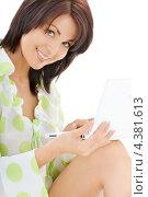 Купить «Привлекательная молодая женщина в белых шортах работает за ноутбуком», фото № 4381613, снято 18 октября 2018 г. (c) Syda Productions / Фотобанк Лори