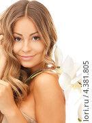Купить «Молодая женщина с красивыми белыми цветами в руках», фото № 4381805, снято 14 августа 2010 г. (c) Syda Productions / Фотобанк Лори