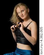 Купить «Красивая молодая женщина с длинными распущенными волосами», фото № 4382005, снято 21 мая 2006 г. (c) Syda Productions / Фотобанк Лори