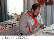 Ремесленник лепит игрушку из глины (2012 год). Редакционное фото, фотограф Михаил Балберов / Фотобанк Лори