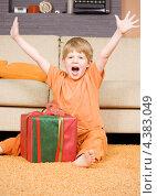 Купить «Счастливый мальчик радуется полученному подарку», фото № 4383049, снято 16 августа 2008 г. (c) Syda Productions / Фотобанк Лори