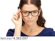 Купить «Дружелюбная молодая женщина в очках», фото № 4383097, снято 18 июля 2011 г. (c) Syda Productions / Фотобанк Лори