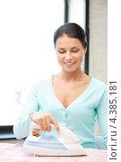 Купить «Привлекательная молодая женщина с утюгом», фото № 4385181, снято 18 июня 2011 г. (c) Syda Productions / Фотобанк Лори