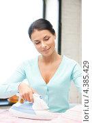 Купить «Привлекательная молодая женщина с утюгом», фото № 4385429, снято 18 июня 2011 г. (c) Syda Productions / Фотобанк Лори
