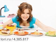 Купить «Счастливая домохозяйка за столом с многочисленными сладостями», фото № 4385817, снято 12 июня 2010 г. (c) Syda Productions / Фотобанк Лори
