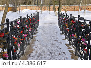 Купить «Сергиев Посад. Мост с замками любви», фото № 4386617, снято 8 марта 2013 г. (c) Илюхина Наталья / Фотобанк Лори